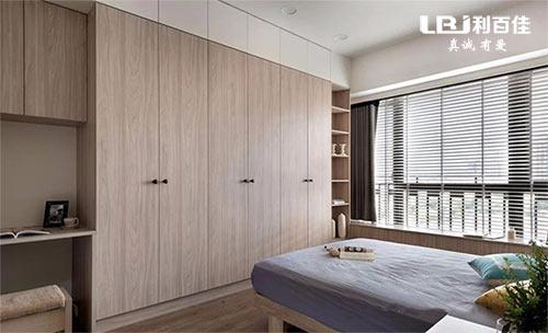 卧室衣柜选嵌入式定制还是成品独立衣柜?
